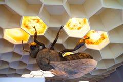 Museo de la abeja en el pueblo de Pastida Grecia 30/05/2018 Objeto expuesto gigante de la abeja en la exhibición Isla de Rodas eu fotografía de archivo