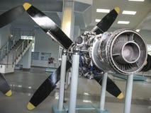 Museo de la historia del edificio del motor de avión Motores de avión en soportes Motores de turbina y motores de combustión inte Fotos de archivo