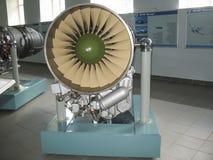 Museo de la historia del edificio del motor de avión Motores de avión en soportes Motores de turbina y motores de combustión inte Imágenes de archivo libres de regalías