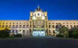 Museo de Naturhistorisches del museo de la historia natural en el cuadrado Maria-Theresien-Platz en la noche, Viena, Austria de M fotos de archivo