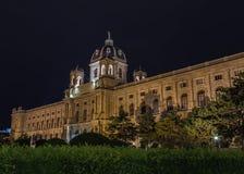 Museo de Naturhistorisches en Viena en la noche fotografía de archivo