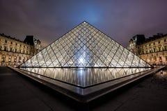 Museo del Louvre alla notte Fotografie Stock Libere da Diritti