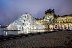 Museo del Louvre alla notte Fotografia Stock Libera da Diritti