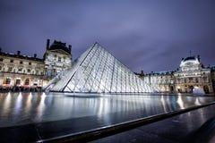 Museo del Louvre alla notte Immagini Stock Libere da Diritti