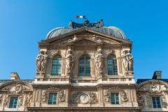 Museo del Louvre con la bandera francesa Imagen de archivo