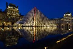 Museo del Louvre di notte Immagine Stock