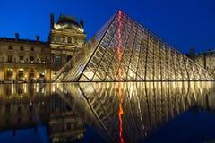 Museo del Louvre di notte Immagini Stock