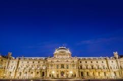 Museo del Louvre en la puesta del sol el 18 de agosto de 2012 adentro Imagen de archivo libre de regalías