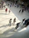 Museo del Louvre, París, Francia, el 16 de agosto de 2018: visitantes en el pasillo de la pirámide foto de archivo
