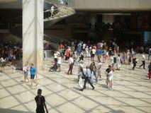 Museo del Louvre, París, Francia, el 16 de agosto de 2018: visitantes en el pasillo de la pirámide imagenes de archivo