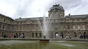 Museo del Louvre a Parigi stock footage