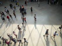 Museo del Louvre, Parigi, Francia, il 16 agosto 2018: ospite nel corridoio della piramide immagini stock libere da diritti