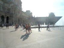 Museo del Louvre, Parigi, Francia, il 16 agosto 2018: ospiti fuori del museo fotografia stock