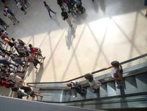 Museo del Louvre, Parigi, Francia, il 16 agosto 2018: ospiti nel corridoio della piramide immagine stock