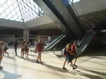 Museo del Louvre, Parigi, Francia, il 16 agosto 2018: ospiti nel corridoio della piramide immagini stock
