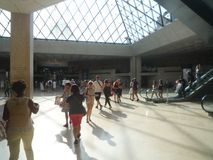 Museo del Louvre, Parigi, Francia, il 16 agosto 2018: ospiti nel corridoio della piramide immagine stock libera da diritti