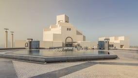 Museo del ` s de Qatar del hyperlapse islámico del timelapse del arte en su isla artificial al lado de Doha Corniche almacen de video