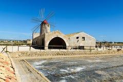 Museo del Sale avec un moulin à vent Photographie stock libre de droits
