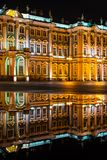 Museo dell'Ermitage alla notte con la riflessione in una pozza, verticale Immagini Stock