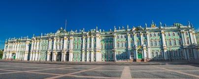 Museo dell'Ermitage dell'alloggio edificio di St Petersburg del palazzo di inverno Panorama Immagini Stock