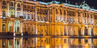 Museo dell'Ermitage di San Pietroburgo alla notte con la riflessione in una pozza Fotografia Stock Libera da Diritti