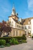 Museo di Dali con la torre di orologio a Beaune Immagini Stock