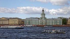 Museo di Kunstkamera ed argine dell'università Vista di paesaggio urbano di San Pietroburgo, Russia Fotografia Stock Libera da Diritti