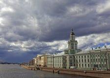 Museo di Kunstkamera ed argine dell'università Vista di paesaggio urbano di San Pietroburgo, Russia Nuvole temporalesche drammati Fotografie Stock Libere da Diritti