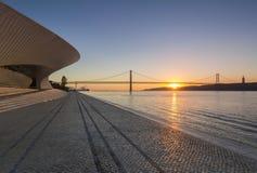 Museo di MAAT a Lisbona ad alba immagini stock libere da diritti