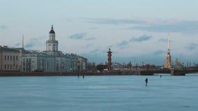 Museo di Peter e di Paul Fortress e di Kunstkamera e fiume congelato di Neva stock footage