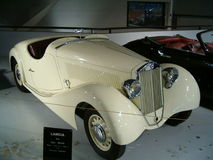 Museo di vecchie automobili sportive, automobile bianca Immagine Stock