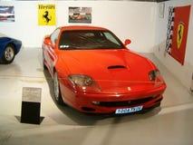 Museo di vecchie automobili sportive, automobile rossa di Ferrari Immagini Stock