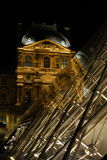 Museo e piramidi del Louvre Immagini Stock