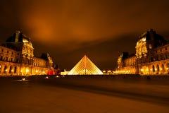 Museo en la noche, París de la lumbrera foto de archivo