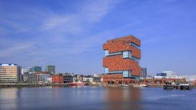 Museo famoso di MAS a Willemsdok a Anversa contro un cielo blu, Belgio Immagine Stock