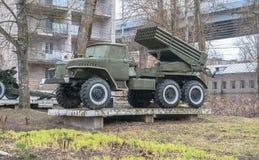 Museo histórico de la ciudad de Rzhev, región de Tver Exposición al aire libre de la artillería soviética imagen de archivo libre de regalías