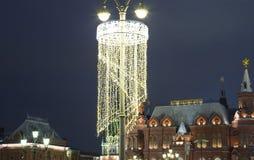Museo histórico de la iluminación y del estado de los días de fiesta del Año Nuevo de la Navidad en la noche, cerca del Kremlin e Fotografía de archivo