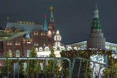 Museo histórico de la iluminación y del estado de los días de fiesta del Año Nuevo de la Navidad en la noche, cerca del Kremlin e Fotos de archivo