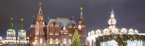 Museo histórico de la iluminación y del estado de los días de fiesta del Año Nuevo de la Navidad en la noche, cerca del Kremlin e Foto de archivo