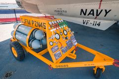Museo intermedio dei portaerei di Uss del percussore del calabrone di F/A 18 a bordo al giorno di estate della radura di San Dieg Immagine Stock Libera da Diritti