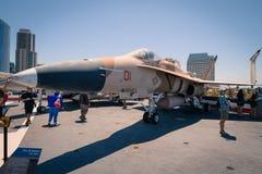 Museo intermedio dei portaerei di Uss del percussore del calabrone di F/A 18 a bordo al giorno di estate della radura di San Dieg Fotografia Stock Libera da Diritti