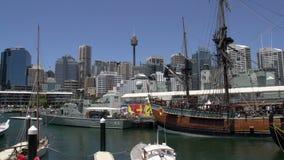 Museo marítimo nacional del puerto querido en Sydney con la torre de Sydney y horizonte en el fondo metrajes