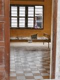 2017-01-03 museo Phnom Penh Camboya, cama de la prisión del sleng de Tuol del metal en una de las células que torturan anteriores Fotos de archivo libres de regalías