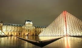 Museo por noche, París, Francia del Louvre Fotografía de archivo libre de regalías