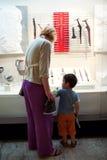 Museo que visita Imagen de archivo libre de regalías