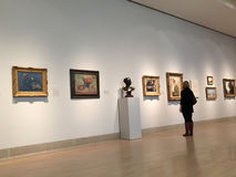 Museo que visita de artes moderno Imágenes de archivo libres de regalías