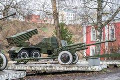 Museo storico della città di Ržev, regione di Tver' Mostra all'aperto di artiglieria sovietica Fotografie Stock Libere da Diritti