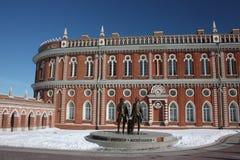 Museo Tsaritsyno. Cuerpo de la cocina y un monumento Imágenes de archivo libres de regalías