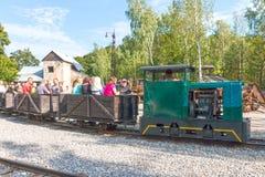 Museo viejo de la mina con las vías y el tren fotos de archivo