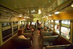 Museo Vistors de las derechas civiles en el objeto expuesto del boicoteo del autobús dentro del museo nacional de las derechas ci foto de archivo libre de regalías
